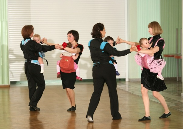 Танцующие мамы с детьми